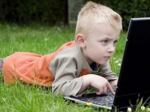 Un sfert dintre copiii din România stau peste șase ore pe zi online, pe tablete și telefoane – studiu