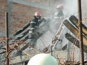 Casă în flăcări, pe strada Stejărișului