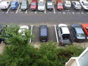 Locurile de parcare dintre blocuri rămase libere, încredinţate direct de Primărie