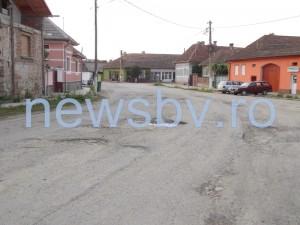 """""""Drumul ruşinii"""" a văzut pentru prima oară asfaltul în Şercaia, Parău şi Comăna. Anul viitor, reparaţiile vor continua"""