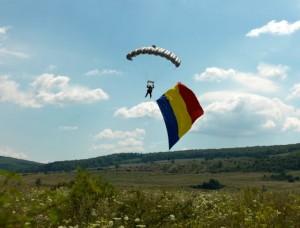 FOTO-VIDEO Spectacol aerian cu tricolorul și parașutiștii brașoveni la Odorheiul Secuiesc