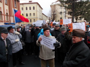 VIDEO Democrat-liberalii braşoveni au protestat împotriva bugetului pe 2014, în faţa Prefecturii