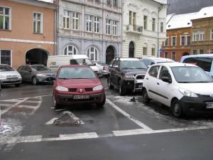 Unii bizoni parchează aiurea, dar unii blochează accesul la străzi!