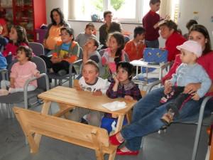 Teatru de păpuşi şi bucurie, daruri ale Trupei Strada pentru copiii din Centrul de Zi al Fundaţiei Rafael