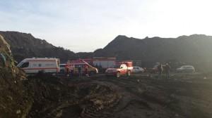 Pompierii militari caută o persoană dată dispărută sub un mal de pământ