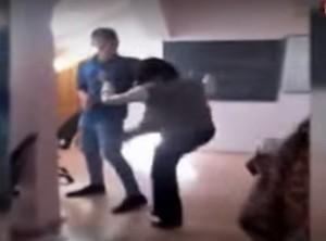 VIDEO Elev bătut cu o carte şi cu picioarele de o profesoară, la un liceu din Victoria