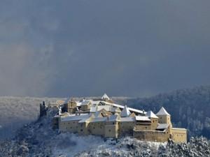 """Cetatea Râşnov, în topul celor mai frumoase castele """"de zăpadă"""" din lume"""