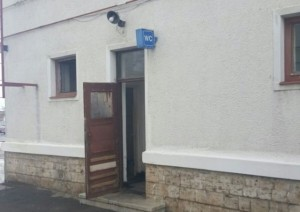 FOTO – GREȚOS: La Gara din Făgăraș mâncarea se gătește în WC !
