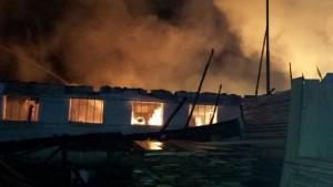 FOTO Incendiu violent la un depozit de mobilă din Hărman