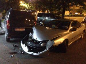 Accident azi-noapte, la Gemenii. O maşină a ratat giratoriul de la Profi