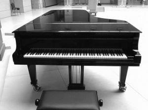 Primăria cumpără un pian de concert pentru Filarmonica Brașov