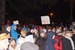 Proteste la Braşov, ziua a 12-a. 2.000 de persoane au fluturat un steag uriaş în Piața Sfatului