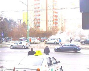 VIDEO Maşină în flăcări, pe strada Hărmanului