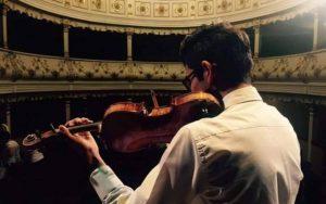 Un tânăr violinist braşovean ar putea intra în istoria Colegiului de Muzică Purcell, din Londra