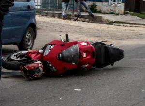 Motociclistă, accidentată în această dimineață de un autoturism