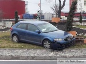 """A """"parcat"""" pe spaţiul verde, în sensul giratoriu"""
