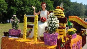 """Care alegorice cu flori şi cai de paradă la """"BlumenFest – Sărbătoarea Florilor"""", la Bod"""