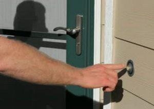 Aveţi grijă cui deschideţi uşa! Escrocii se folosesc de numele unei companii de retail