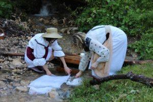 Spălatul rufelor la râu ca în urmă cu 100 de ani, la Pietrele lui Solomon