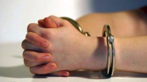 Doi minori arestați preventiv pentru lipsire de libertate, lovire sau alte violenţe şi şantaj