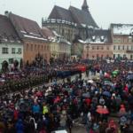 Sute de brașoveni au sărbătorit Ziua Națională a României, în Piața Sfatului și Piața Unirii