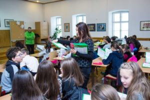 Peste 700 elevi de la clasele cu predare în limba germană se vor bucura de manuale școlare noi