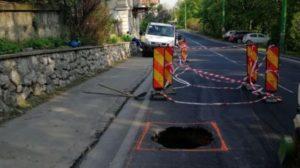 Cavitate de trei metri cubi sub stratul de asfalt, pe Calea Poienii