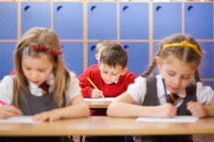 Elevii din învățământul general obligatoriu ar putea primi anual 350 de lei pentru uniforme