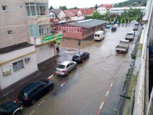 VIDEO La Săcele, străzile au fost acoperite cu apă