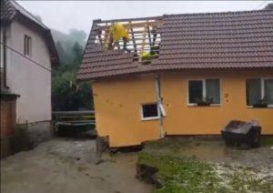 VIDEO Furia apelor a afectat o casă la Poiana Mărului