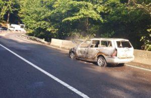 Mașină în flăcări în Pădurea Bogății