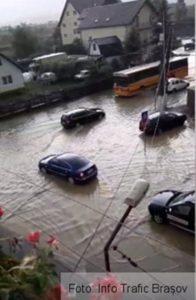 Mai multe gospodării, beciuri și străzi inundate, în Codlea și Zărnești (Foto)