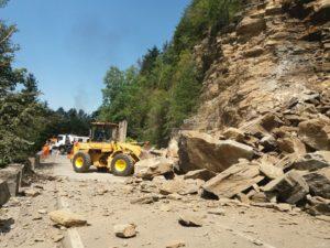 Circulație reluată pe Transfăgărășan după ce a fost detonată o stâncă