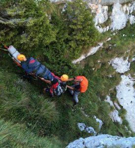 Operațiune de salvare dificilă, pentru recuperarea unui turist accidentat (Foto)