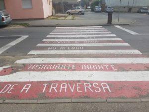 """Mesaje inedite pentru pietoni, pe """"zebrele"""" din Făgăraș"""