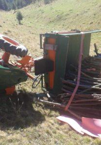 Bărbat prins sub un tractor
