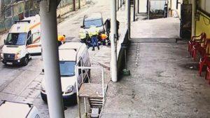 VIDEO Persoană căzută de la înălțime pe platforma Metrom. Atenție! Imagini șocante!