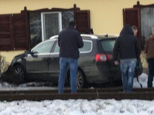 Autoturism lovit de tren la Râșnov (FOTOGALERIE)