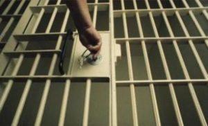 Doi bărbați au ajuns în arest după ce au furat dintr-un imobil