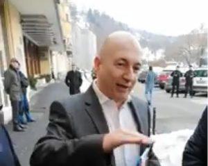 """VIDEO Codrin Ștefănescu, întâmpinat de protestatari cu """"urări de bine"""" și la Brașov"""