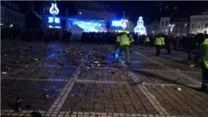 Tone de gunoaie lăsate în urmă după petrecerea de Revelion din Piața Sfatului