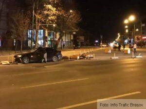 Un șofer a rupt mai mulți stâlpișori și ghivece, în zona Toamnei