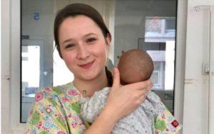 O studentă, mamă de împrumut pentru copii abandonați la Pediatrie
