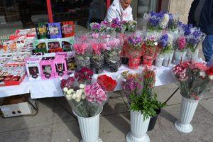 Trei standuri de flori în cartiere, de 8 Martie