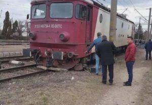 O locomotivă a sărit de pe șine la Brașov