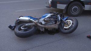 Un motociclist a fost accidentat pe strada Crinului