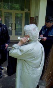 Bătrână tâlhărită în plină stradă. Un hoț i-a rupt urechea şi i-a luat cercelul