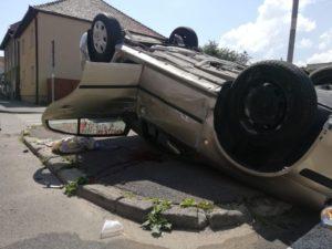 FOTO Accident pe Codrii Cosminului. O mașină e răsturnată