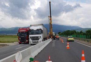 Continuă montarea separatoarelor de sens din beton pe DN1 și DN13