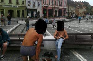 Doi bărbaţi au făcut baie în fântâna arteziană din Piaţa Sfatului